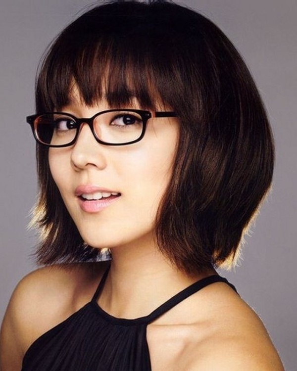 short-hairstyles-for-women-over-40-with-glasses