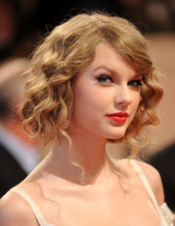 "NEW YORK - MAY 03:  Singer Taylor Swift attends the Costume Institute Gala Benefit to celebrate the opening of the ""American Woman: Fashioning a National Identity"" exhibition at The Metropolitan Museum of Art on May 3, 2010 in New York City.  (Photo by Stephen Lovekin/Getty Images)"