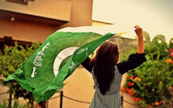 Girls with pakistani flag